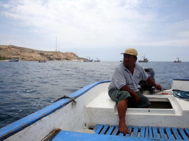El Sr. Hugo que nos llevó a pasear por el muelle en su bote