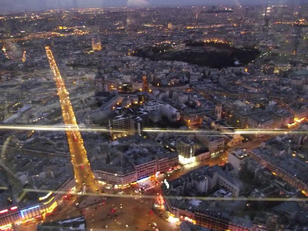 Cuando se empiezan a encender las luces de la ciudad, la torre se queda a oscuras