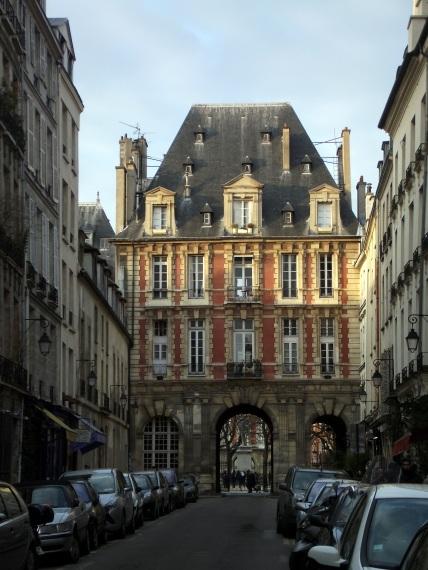 Acceso a la Plaza Des Vosges