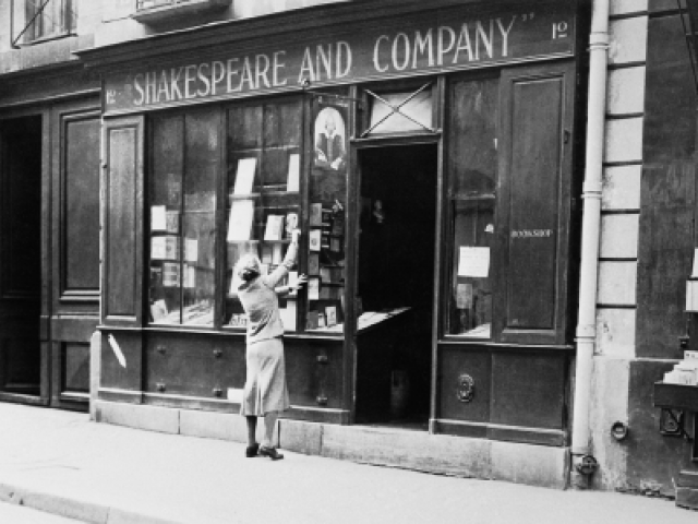Sylvia Beach en la puerta de la Shakespeare and Co