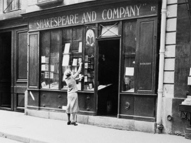 Sylvia Beach en la puerta de la Shakespeare and Co