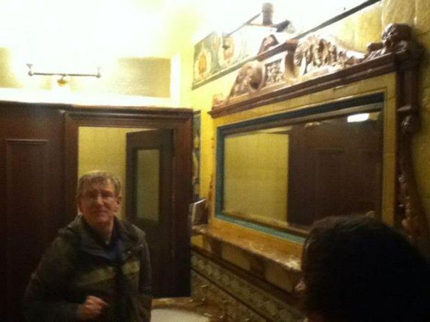 Nuestro amigo Kevin, mostrandonos los baños de caballeros