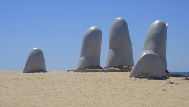 La mano sobre la arena
