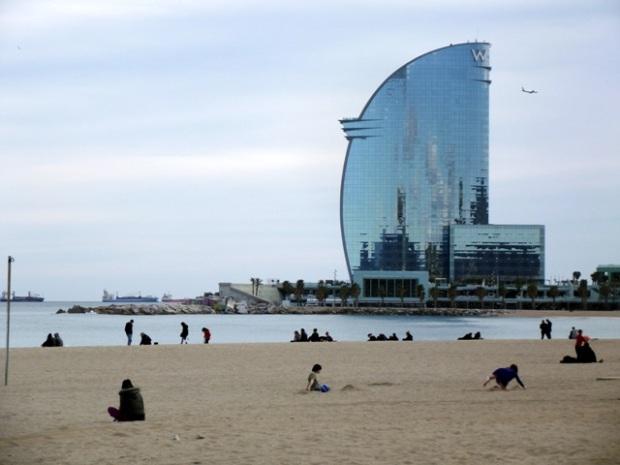 El famoso hotel con forma de vela de barco