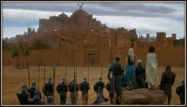 Daenerys Targaryen a la entrada de Ait Ben Haddou